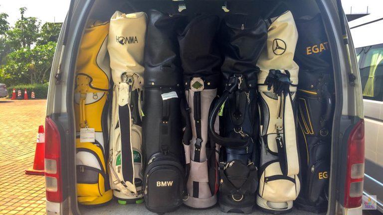 ถุงกอล์ฟหลายถุงบนท้ายรถตู้อุดรธานีตีกอล์ฟลาว